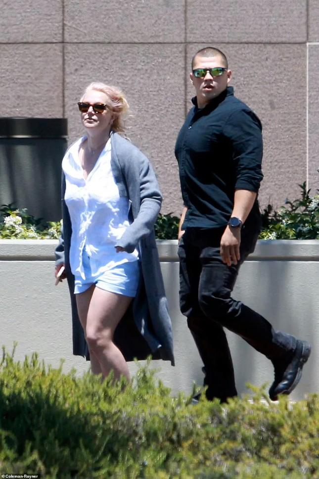 Britney Spears già nua thấy rõ, đầu tóc rối bời khi rời sở cảnh sát - Ảnh 1.