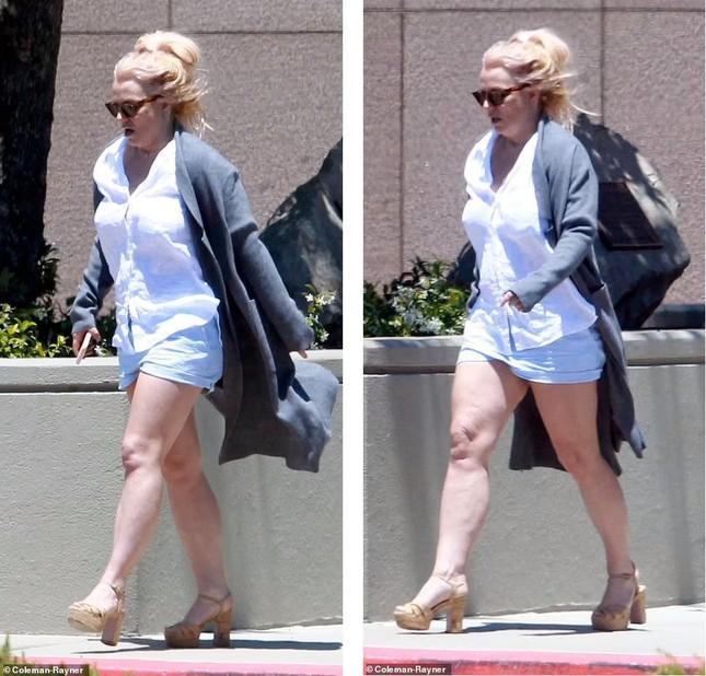Britney Spears già nua thấy rõ, đầu tóc rối bời khi rời sở cảnh sát - Ảnh 2.