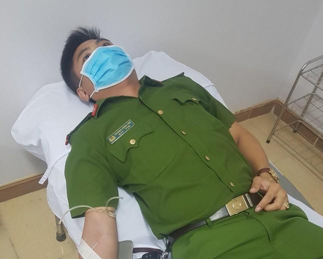 5 chiến sĩ công an hiến máu cứu sản phụ trong đêm - Ảnh 1.
