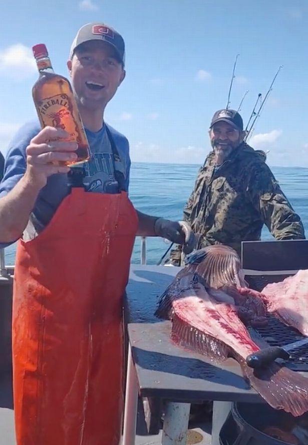 Bắt được cá lớn, ngư dân lấy dao mổ rồi hét lên Trúng số rồi sau khi thấy 1 thứ trong bụng nó - Ảnh 4.