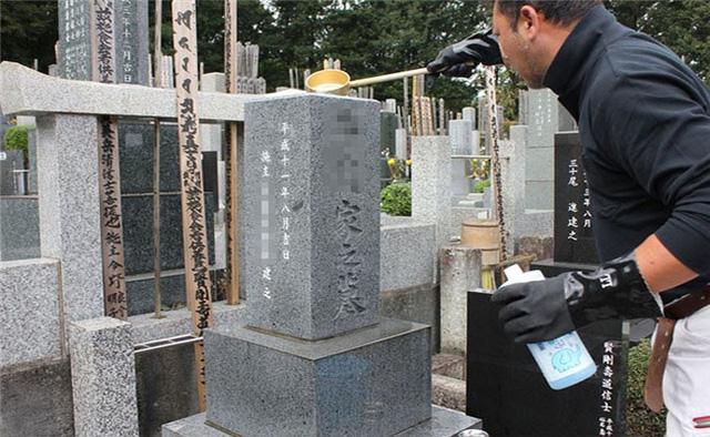 Có một nghề nghe tên đã rờn rợn, ngày ngày phải đi lại giữa nghĩa trang - Ảnh 1.