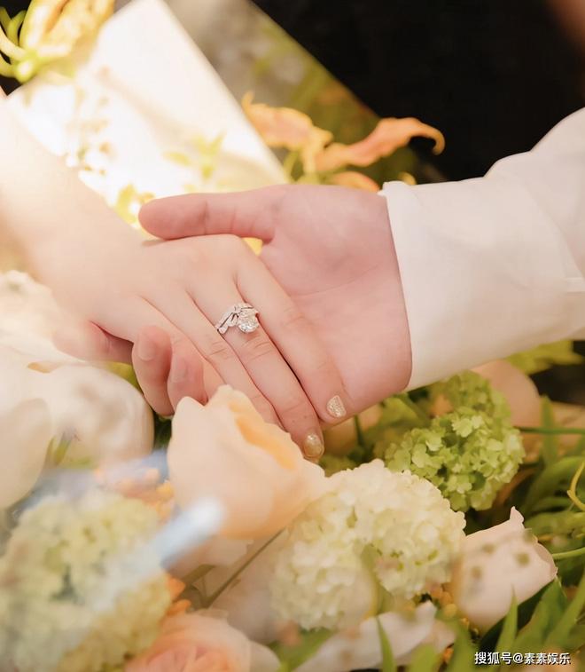 Màn cầu hôn hot nhất Cbiz: Ái nữ nhà Vua hài gia sản 11.000 tỷ đồng oà khóc nức nở, giá trị chiếc nhẫn gây xôn xao - Ảnh 6.
