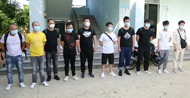 Tạm giam hai lái xe chở nhóm người Trung Quốc nhập cảnh trái phép - Ảnh 1.