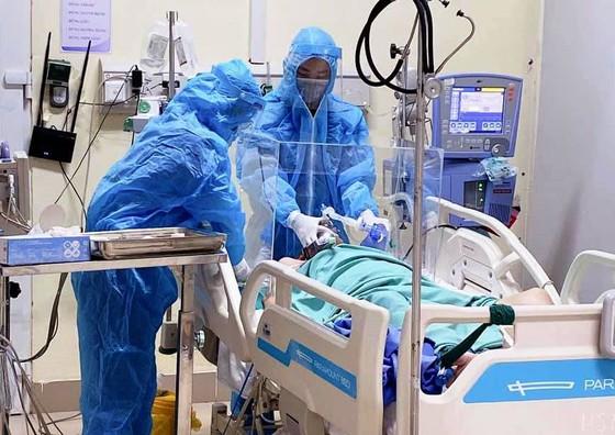 Ca tử vong 75 liên quan đến COVID-19 là bệnh nhân ở TP.HCM; Công an truy tìm người phụ nữ dương tính SARS-CoV-2 bỏ trốn - Ảnh 1.