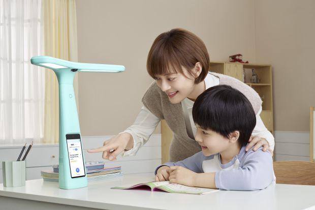 Đèn bàn thông minh tích hợp camera giám sát đang trở thành trào lưu giáo dục mới nhất ở Trung Quốc - Ảnh 2.