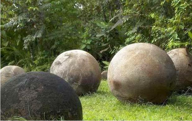 Hàng trăm quả cầu đá bí ẩn xuất hiện ở ngọn núi Tân Cương: Giới khoa học càng hoang mang khi bổ đôi chúng ra! - Ảnh 6.