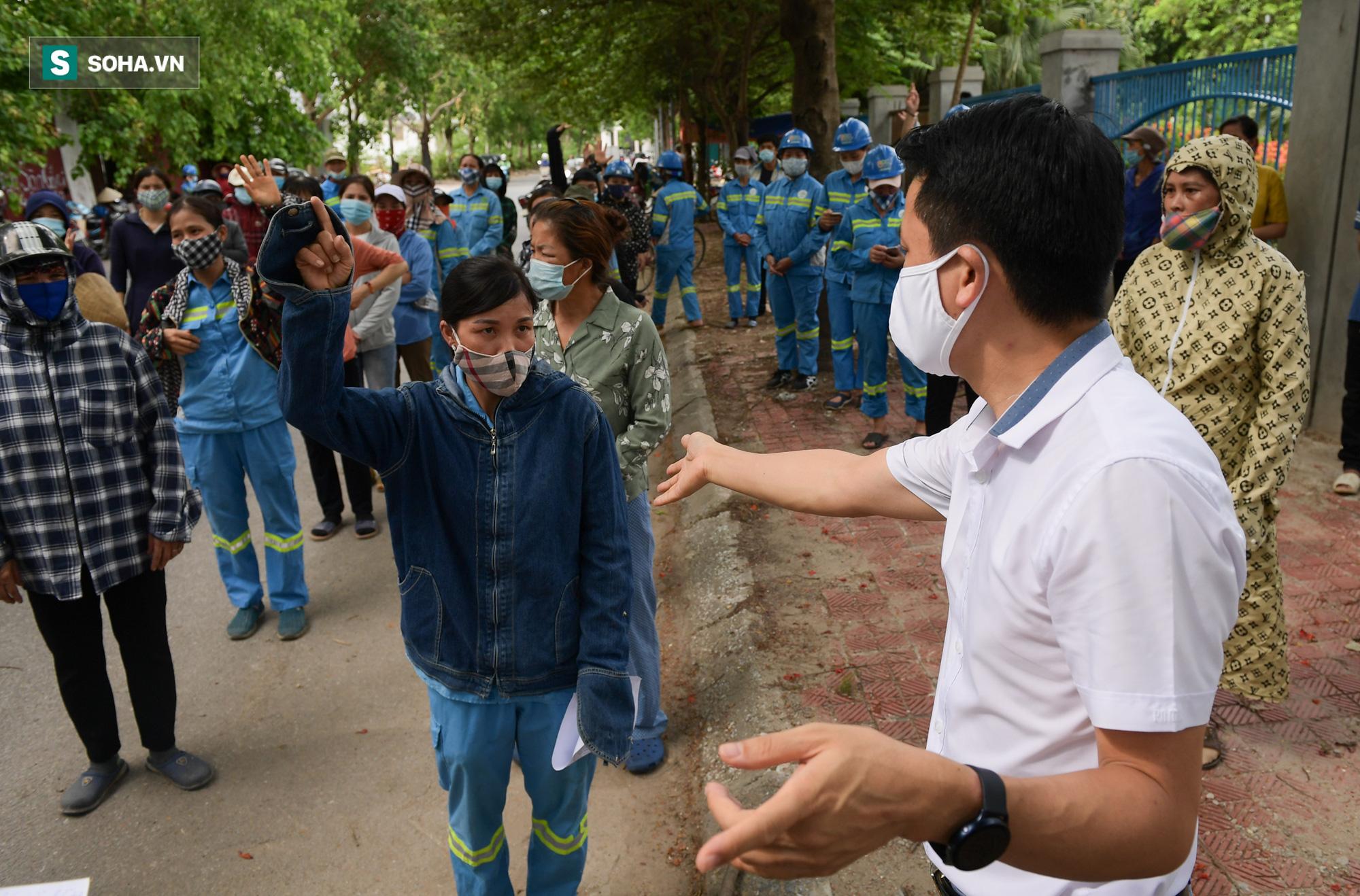 Giọt nước mắt những công nhân thu gom rác bị nợ lương khi được trao quà hỗ trợ - Ảnh 1.