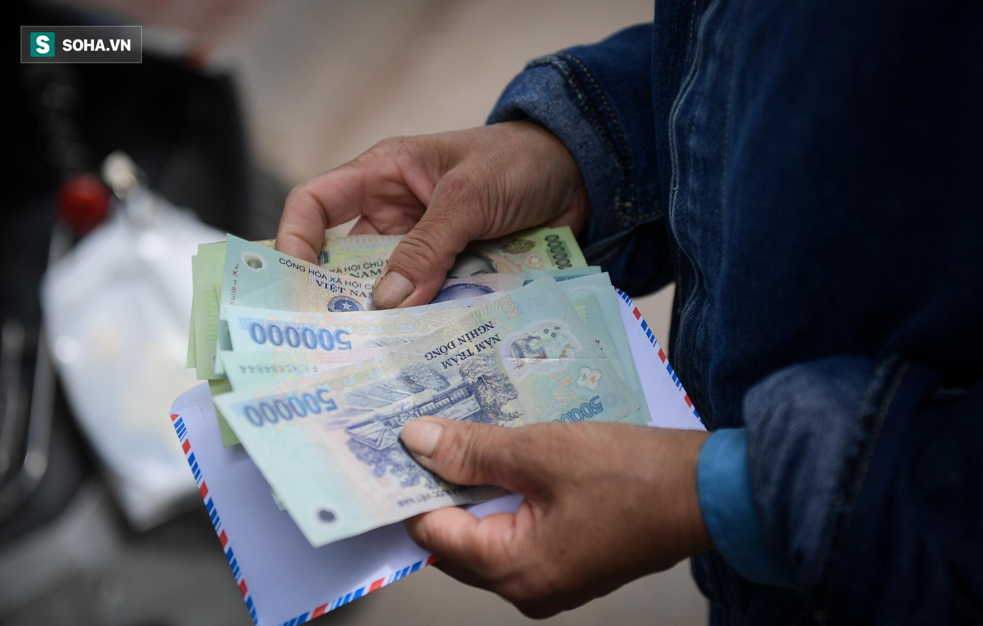 Giọt nước mắt những công nhân thu gom rác bị nợ lương khi được trao quà hỗ trợ - Ảnh 10.
