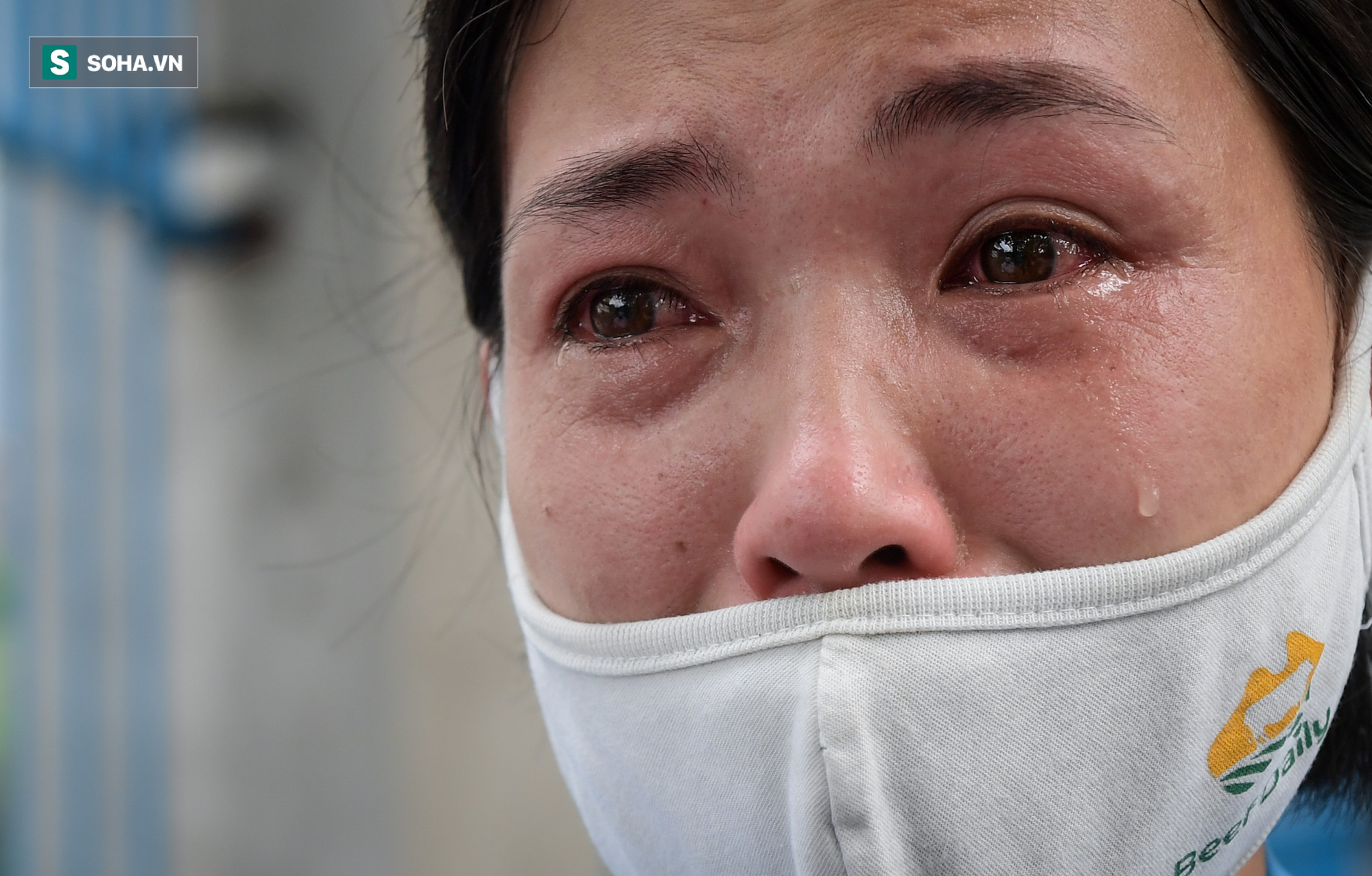 Giọt nước mắt những công nhân thu gom rác bị nợ lương khi được trao quà hỗ trợ - Ảnh 2.