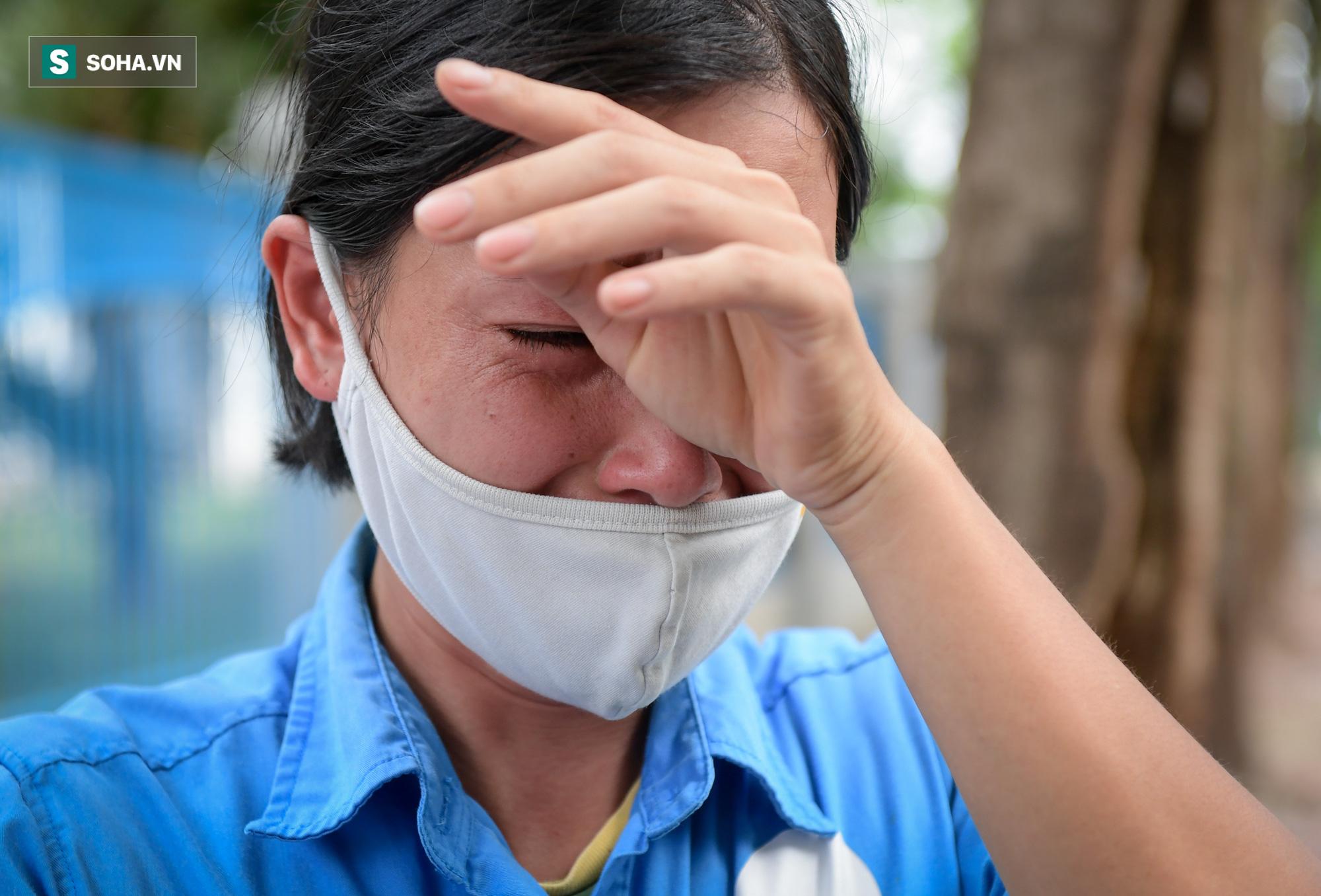Giọt nước mắt những công nhân thu gom rác bị nợ lương khi được trao quà hỗ trợ - Ảnh 3.