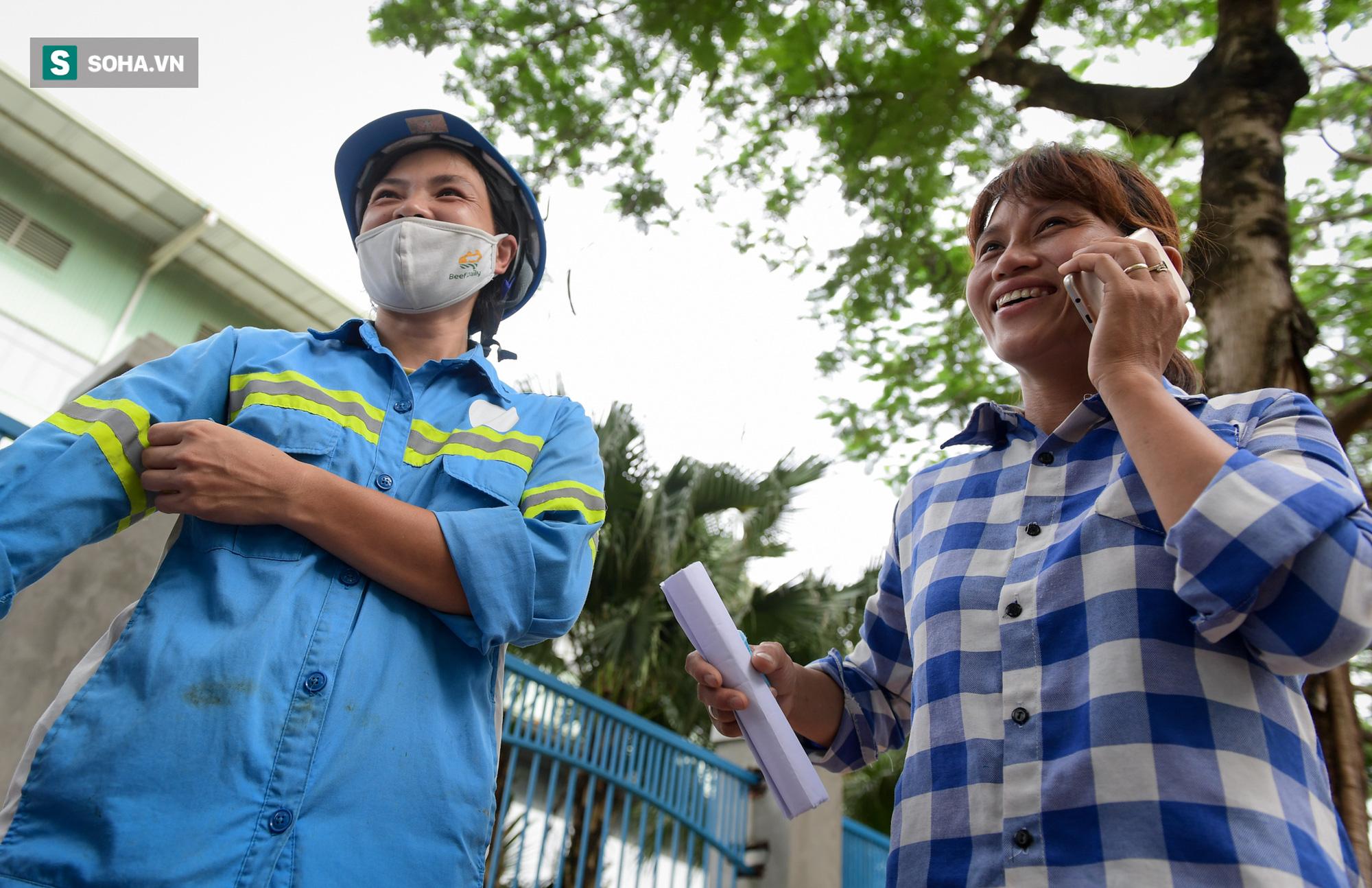 Giọt nước mắt những công nhân thu gom rác bị nợ lương khi được trao quà hỗ trợ - Ảnh 7.