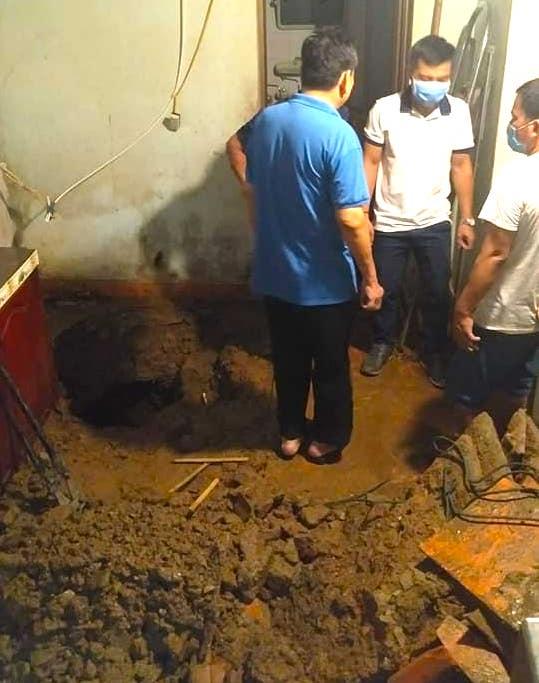 Mưa lớn sau nhiều ngày nắng nóng kỷ lục ở Nghệ An, xuất hiện hố tử thần trong nhà dân - Ảnh 7.