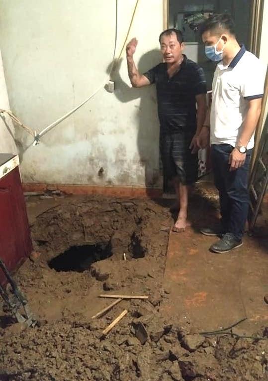Mưa lớn sau nhiều ngày nắng nóng kỷ lục ở Nghệ An, xuất hiện hố tử thần trong nhà dân - Ảnh 8.