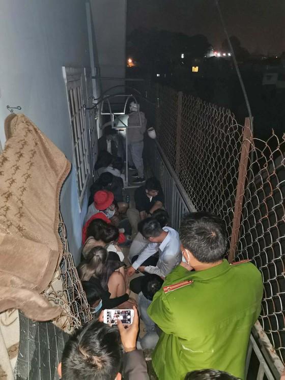 44 người hát trong 2 quán karaoke chui giữa dịch COVID-19, khi bị kiểm tra, quán đóng cửa cố thủ - Ảnh 1.