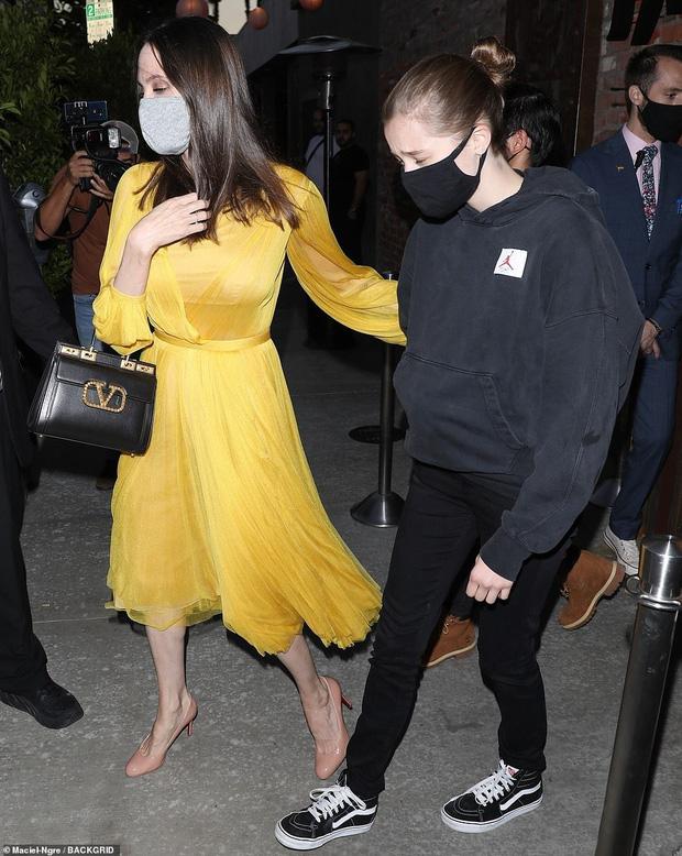 Angelina Jolie tổ chức sinh nhật tuổi 46 cùng 6 người con, cặp sinh đôi chiếm trọn spotlight của mẹ luôn rồi! - Ảnh 5.