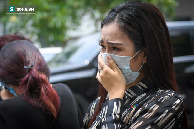 Đám tang Hoa hậu Việt Nam 1994 - Nguyễn Thu Thủy: Người quen đau đớn ôm quan tài, mẹ ruột phải 2 người đỡ - Ảnh 4.