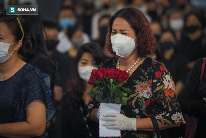 Đám tang Hoa hậu Việt Nam 1994 - Nguyễn Thu Thủy: Các con và người thân nhìn mặt, hôn chào Thu Thủy lần cuối - Ảnh 1.