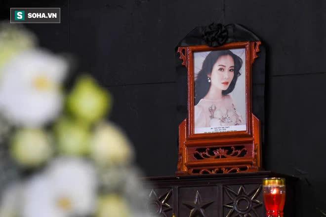 Đám tang Hoa hậu Việt Nam 1994 - Nguyễn Thu Thủy: Các con và người thân nhìn mặt, hôn chào Thu Thủy lần cuối - Ảnh 2.