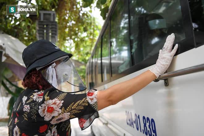 Đám tang Hoa hậu Việt Nam 1994 - Nguyễn Thu Thủy: Người quen đau đớn ôm quan tài, mẹ ruột phải 2 người đỡ - Ảnh 6.