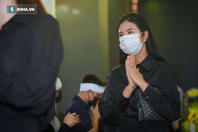 Đám tang Hoa hậu Việt Nam 1994 - Nguyễn Thu Thủy: Các con và người thân nhìn mặt, hôn chào Thu Thủy lần cuối - Ảnh 3.