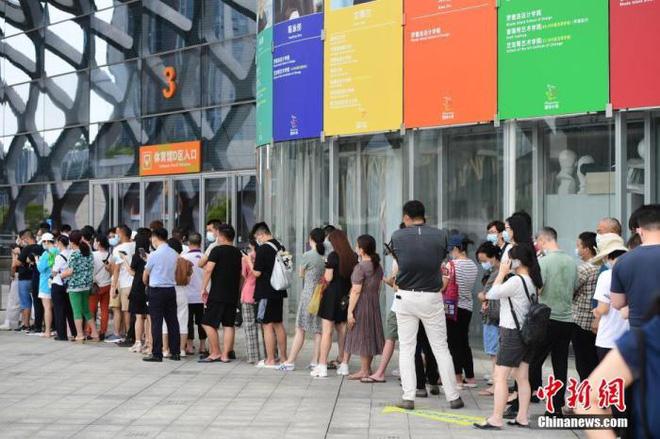Tiêm vắc xin nhiều nhất thế giới, Trung Quốc vẫn chưa thể kiểm soát dịch Covid-19 - Ảnh 1.