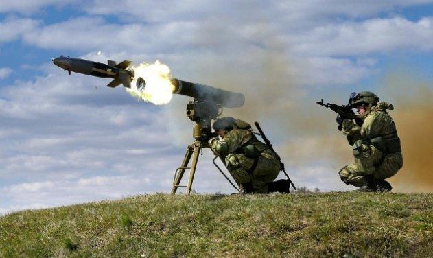 """Màn tấn công gây sốc: Xe tăng Mỹ bị tên lửa chống tăng dẫn đường của Nga """"xé toạc"""" - Ảnh 3."""