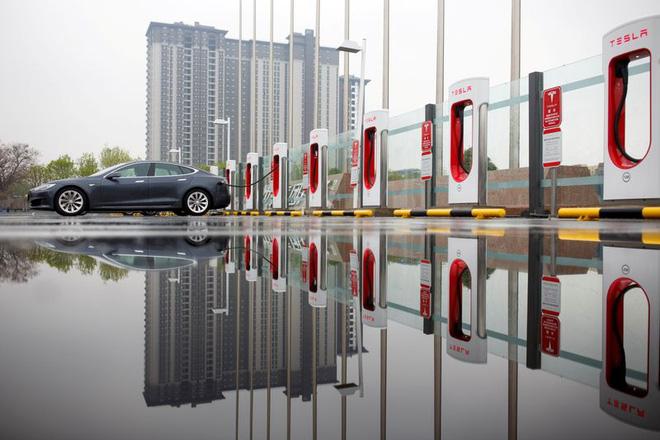 Các hãng xe hơi truyền thống phản công, Tesla chuẩn bị đối đầu khủng hoảng - Ảnh 1.