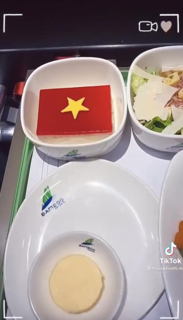 Tiếp viên hàng không hé lộ 'bí mật' chưa kể ở chuyến bay của đội Việt Nam sang Dubai đấu vòng loại World Cup - ảnh 5
