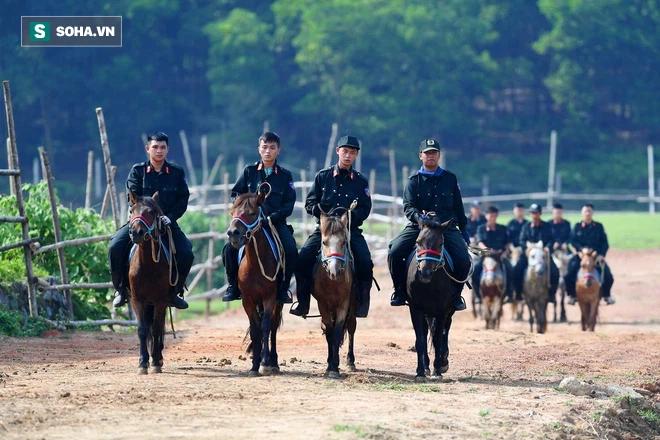CSCĐ Kỵ binh: Sau hơn một năm huấn luyện, từ ngựa hoang đến những màn vượt rào, bổ nhào, phi nước đại bắn súng đỉnh cao - Ảnh 7.
