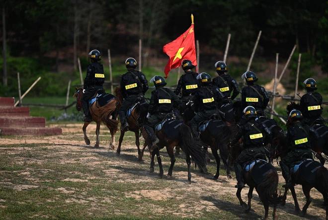 CSCĐ Kỵ binh: Sau hơn một năm huấn luyện, từ ngựa hoang đến những màn vượt rào, bổ nhào, phi nước đại bắn súng đỉnh cao - Ảnh 15.