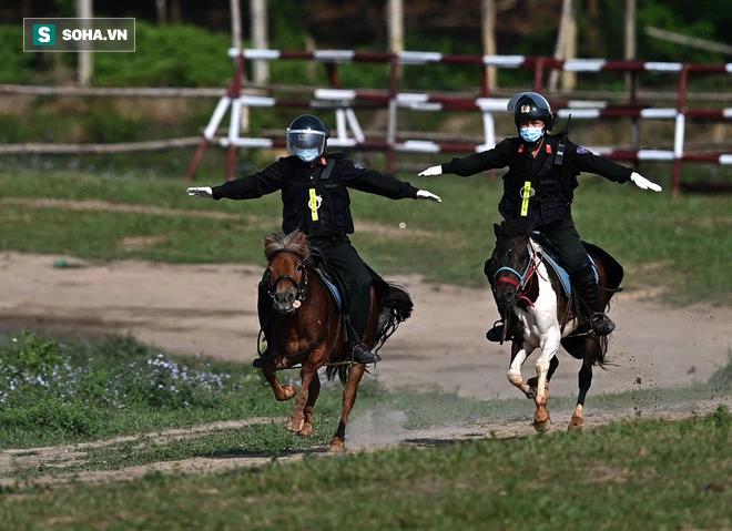 CSCĐ Kỵ binh: Sau hơn một năm huấn luyện, từ ngựa hoang đến những màn vượt rào, bổ nhào, phi nước đại bắn súng đỉnh cao - Ảnh 21.