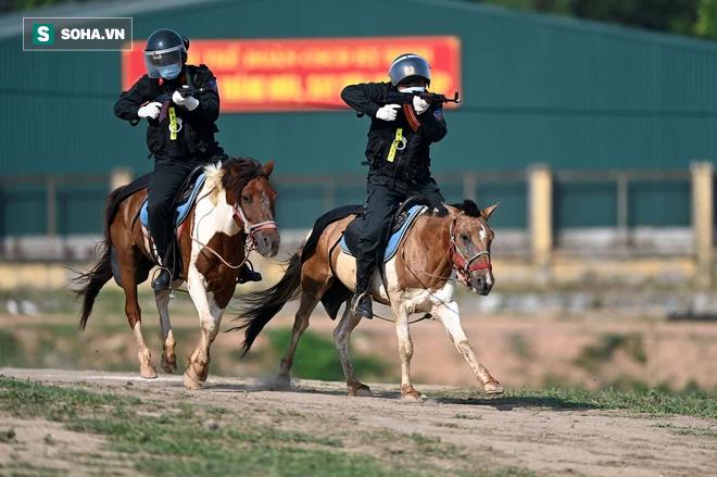 CSCĐ Kỵ binh: Sau hơn một năm huấn luyện, từ ngựa hoang đến những màn vượt rào, bổ nhào, phi nước đại bắn súng đỉnh cao - Ảnh 22.