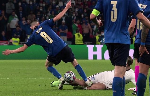 Italia quá may vì không phải nhận thẻ đỏ nên mới có thể hạ gục Anh trên chấm luân lưu? - Ảnh 1.