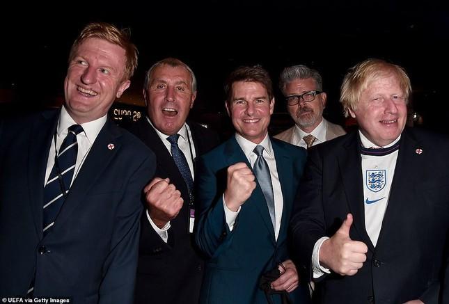 Dàn khách VIP gây náo loạn Wembley, Beckham và Tom Cruise chiếm sóng truyền hình - Ảnh 2.