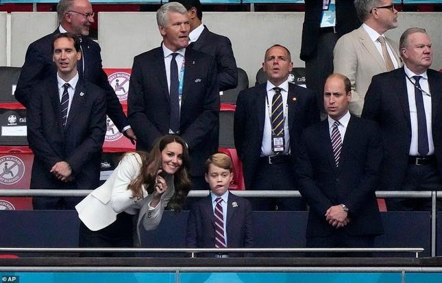 Dàn khách VIP gây náo loạn Wembley, Beckham và Tom Cruise chiếm sóng truyền hình - Ảnh 4.