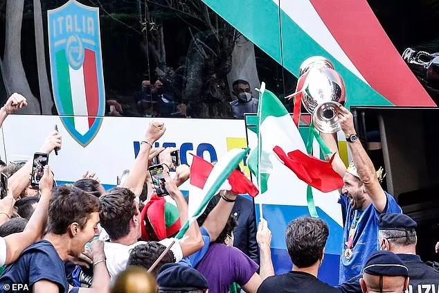 Đương kim vô địch châu Âu rước cúp về Italia: Mọi ngả đường đều dẫn tới thành Rome - Ảnh 1.