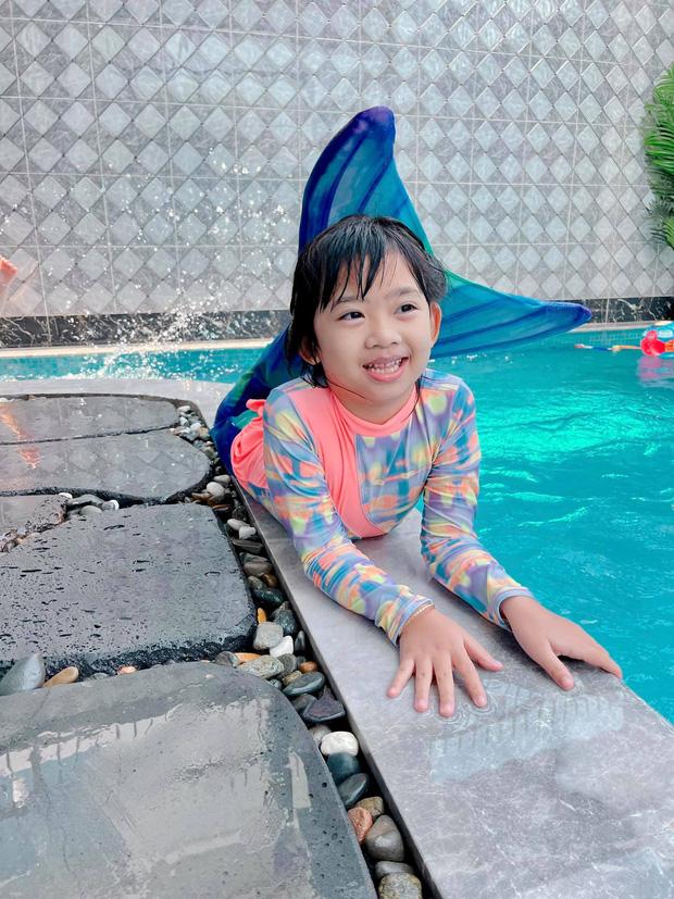 Con gái cố diễn viên Mai Phương nay lớn thấy rõ, xem cuộc đối thoại giữa Phùng Ngọc Huy và bảo mẫu là biết bé sống thế nào - Ảnh 3.