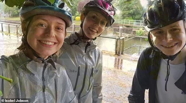 Selfie dưới gốc cây khi trời mưa, 3 chị em suýt chết, lý do nằm ngay ở cánh tay của 1 trong 3 người - Ảnh 2.