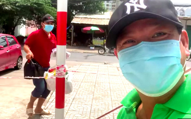 Quyền Linh mặc giản dị, đi dép tổ ong, lái xe đi tiếp tế cho em trai ở khu phong tỏa - Ảnh 2.