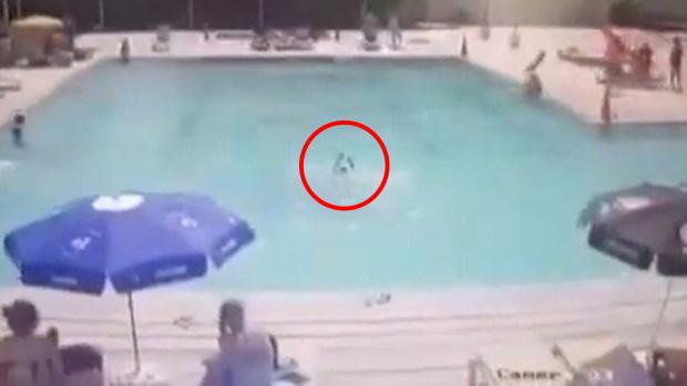 Con trai 8 tuổi đuối nước ngay trước mặt, bố mẹ xem lại camera an ninh thì đau đớn và hối hận tột cùng - Ảnh 2.