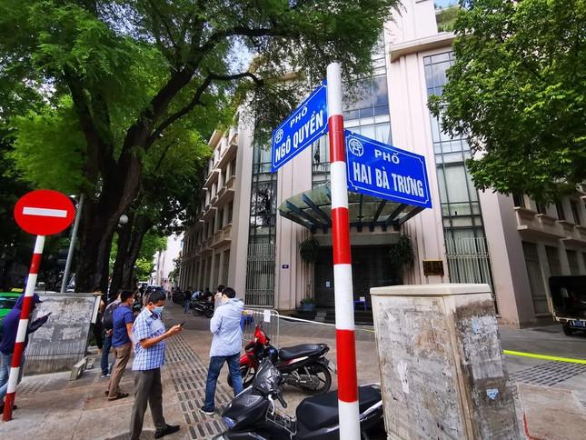 Nữ nhân viên ngân hàng ở Hà Nội dương tính chưa rõ nguồn lây. Ngày thứ 3 VN ghi nhận hơn 3.000 ca, riêng TP.HCM hôm nay có 2.420 ca COVID-19 - Ảnh 1.
