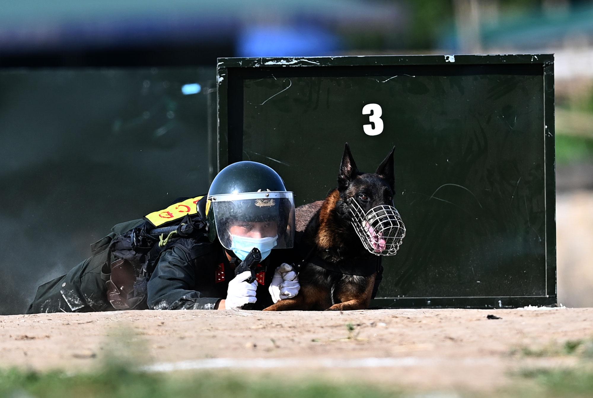 Mãn nhãn với màn biểu diễn võ thuật, nổ súng truy bắt tội phạm của Cảnh sát cơ động cùng những chiến binh đặc biệt - Ảnh 10.