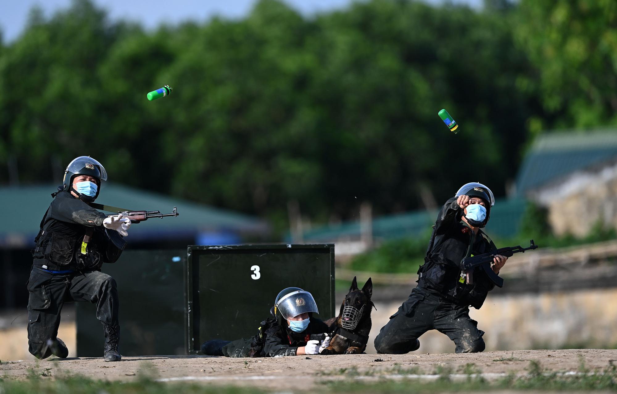 Mãn nhãn với màn biểu diễn võ thuật, nổ súng truy bắt tội phạm của Cảnh sát cơ động cùng những chiến binh đặc biệt - Ảnh 5.