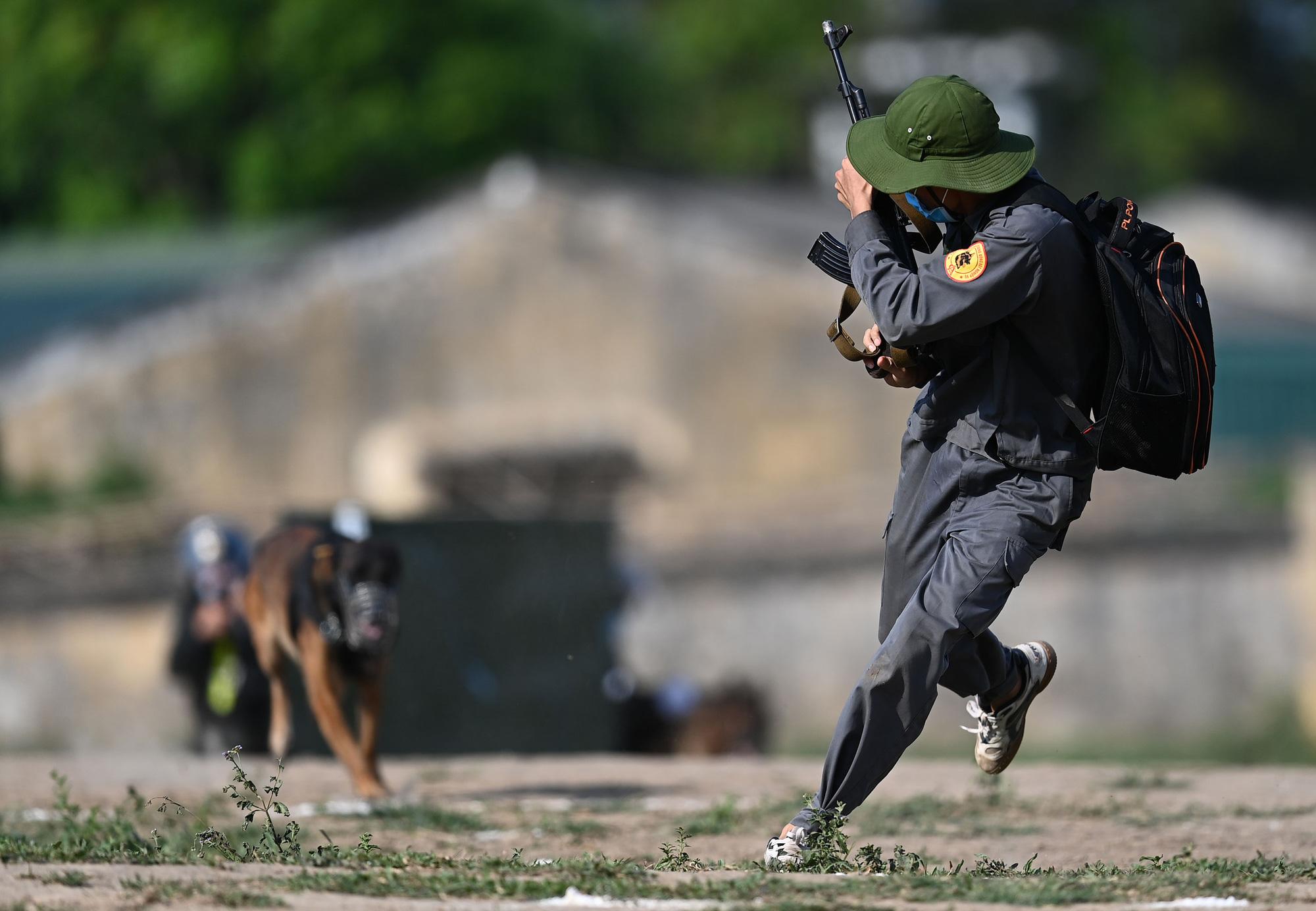 Mãn nhãn với màn biểu diễn võ thuật, nổ súng truy bắt tội phạm của Cảnh sát cơ động cùng những chiến binh đặc biệt - Ảnh 6.