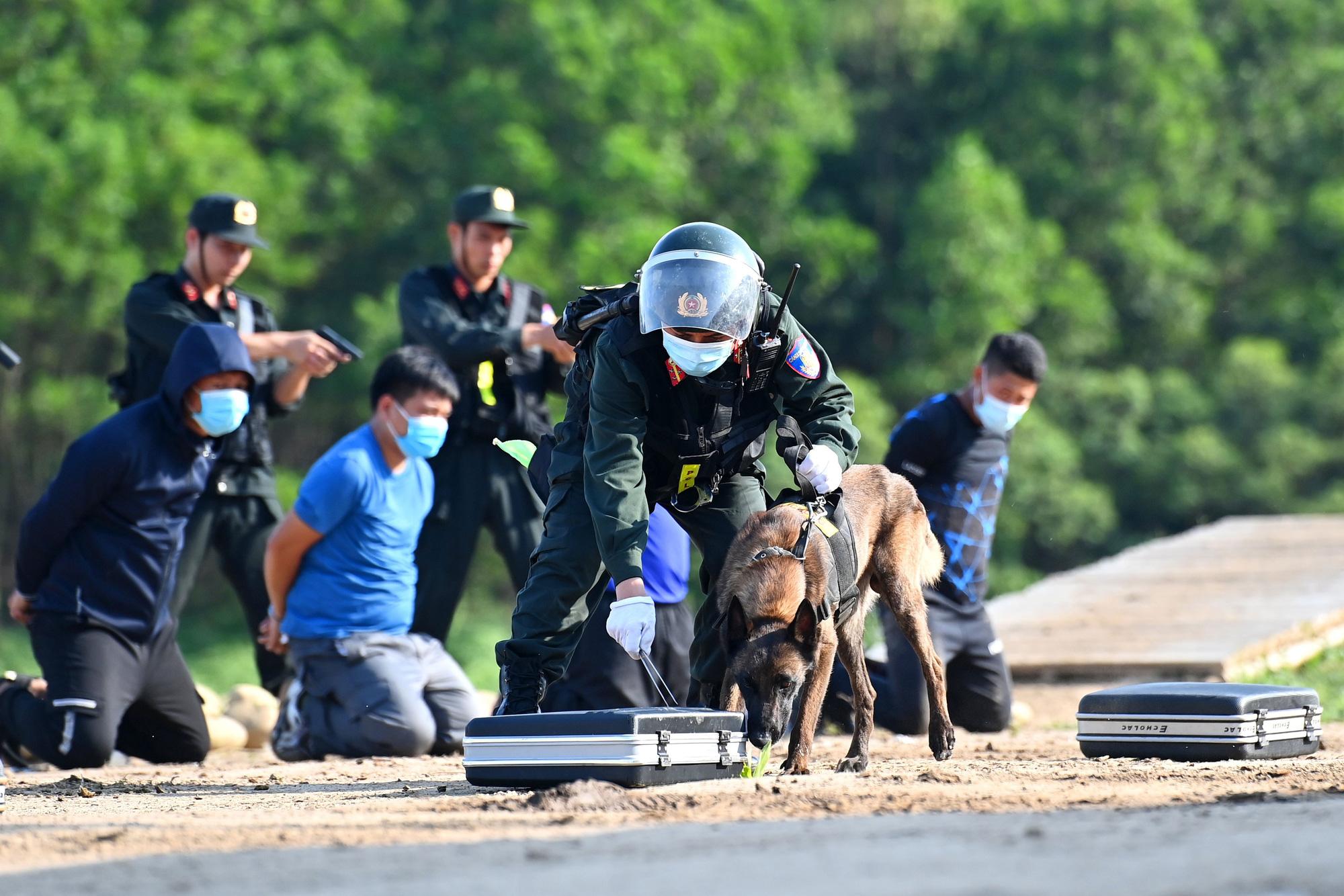 Mãn nhãn với màn biểu diễn võ thuật, nổ súng truy bắt tội phạm của Cảnh sát cơ động cùng những chiến binh đặc biệt - Ảnh 9.