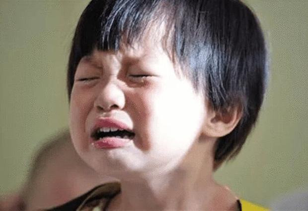 Cháu trai 4 tuổi có thói quen trùm kín đầu lúc ngủ, bà nội khóc ngất khi biết nguyên nhân từ mẹ kế - Ảnh 1.