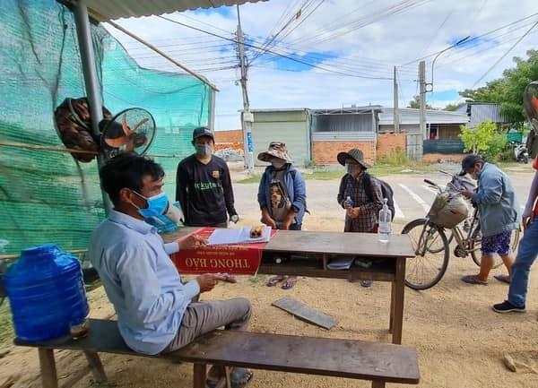 Thất nghiệp vì dịch Covid-19, gia đình 4 người bán điện thoại mua 2 xe đạp cũ đi từ Đồng Nai về Nghệ An - Ảnh 2.