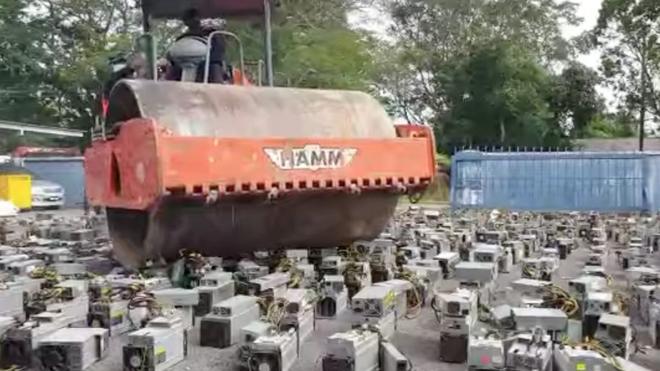 Câu trộm điện để cày coin, 1069 máy đào trị giá 28,7 tỷ bị tịch thu & tiêu hủy bằng xe lu - Ảnh 1.