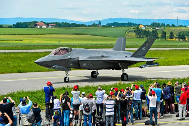"""Tiêm kích tàng hình F-35: Từ một sản phẩm """"vô dụng"""" đến máy bay đắt khách nhất - Ảnh 1."""