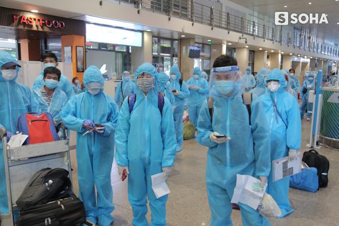 Bà lão bán vé số ở Sài Gòn trên chuyến bay đặc biệt về Bình Định: Mấy nay chẳng còn tiền... già nên càng sợ bệnh tật hơn - Ảnh 1.